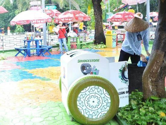 Bridgestone Việt Nam trao tặng thùng rác thông minh